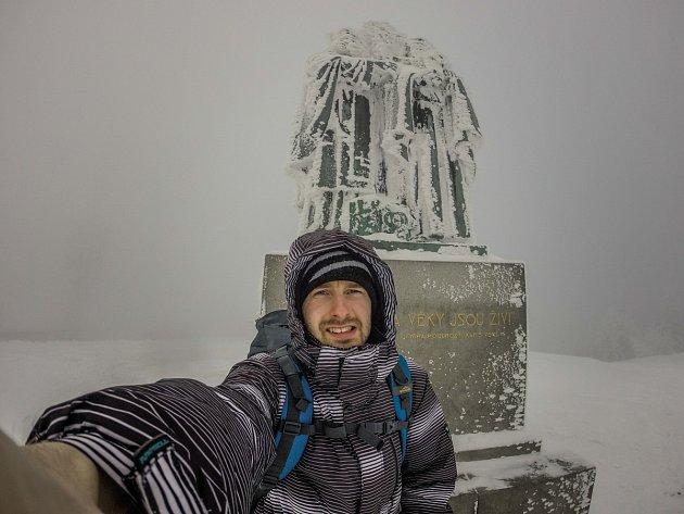 TADY TO NEVYJDE. Jakub Hutyra čekal častokrát marně na přijatelné počasí, aby mohl pokračovat vpráci na časosběrném videu. Tento mrazivý snímek byl pořízen na Radhošti.