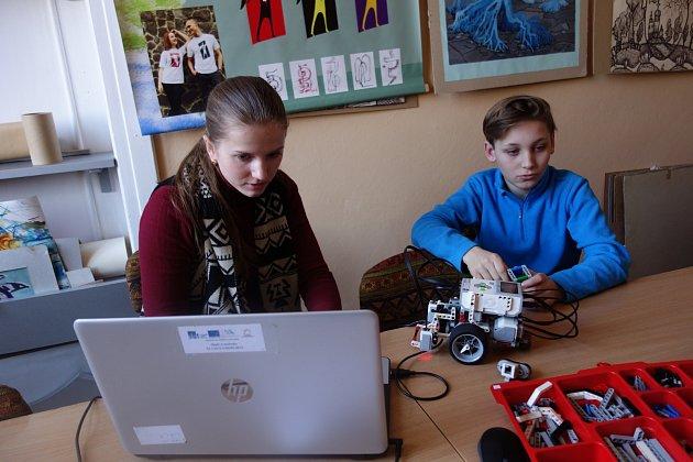 """Kroužky """"tvůrčí kybernetiky' pořádá VŠB-TUO pro školáky vUžhorodu od roku 2017."""