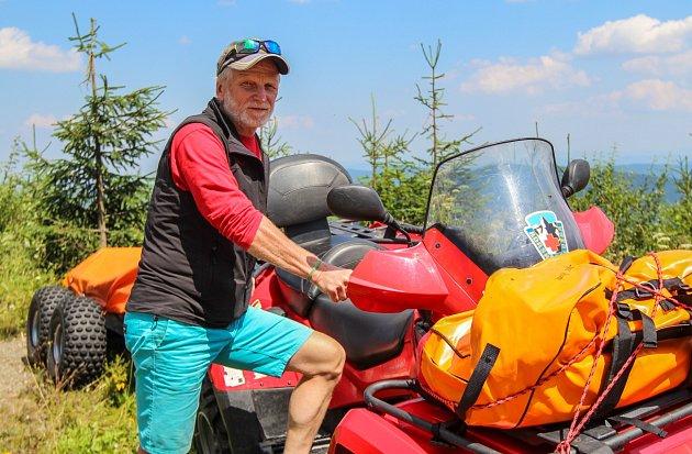 Dobrovolný horský záchranář Jarda Velička na nejvyšším vrcholku Moravskoslezských Beskyd.