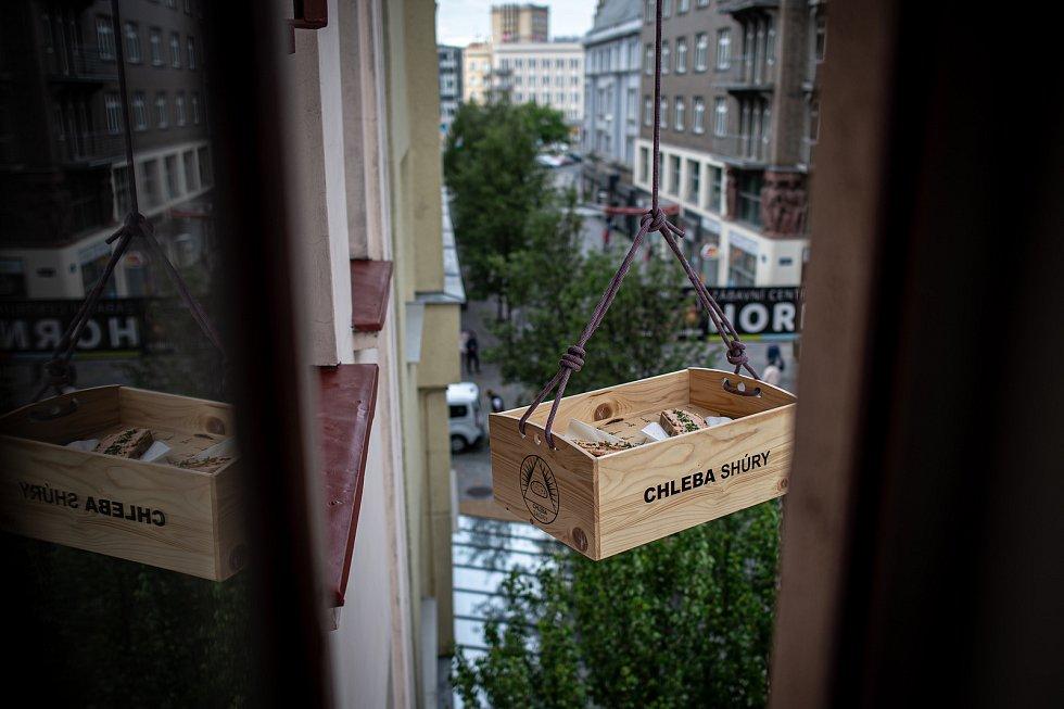 Chleba shůry - lidé si mohou dát čerstvý chleba s pomazánkou, květen 2020 v Ostravě.