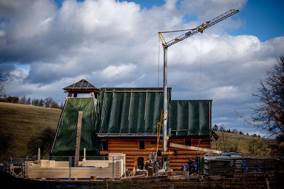 Tesaři pracují v Hošťálkové na Vsetínsku na dřevěné konstrukci kostela, který vyhořel v Třinci-Gutech.