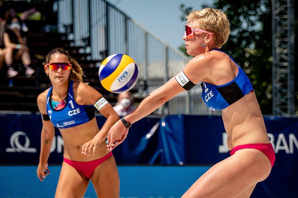 J&T Banka Ostrava Beach Open, 3. června 2021 v Ostravě. Martina Williams (CZE) a Marie Sára Štochlová (CZE).