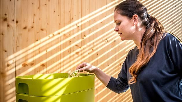Vermikompostér Urbalive ve firmě Store Enso, 18. února 2019 v Ostravě. Na snímku recepční Dita která se stará o žížaly.