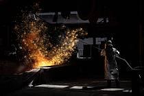 Hutník pracuje v ostravské huti Liberty, 8. července 2021. V horkých provozech, kde jsou zaměstnanci vystaveni mimořádně vysokým teplotám, je nastaven režim častějších přestávek.