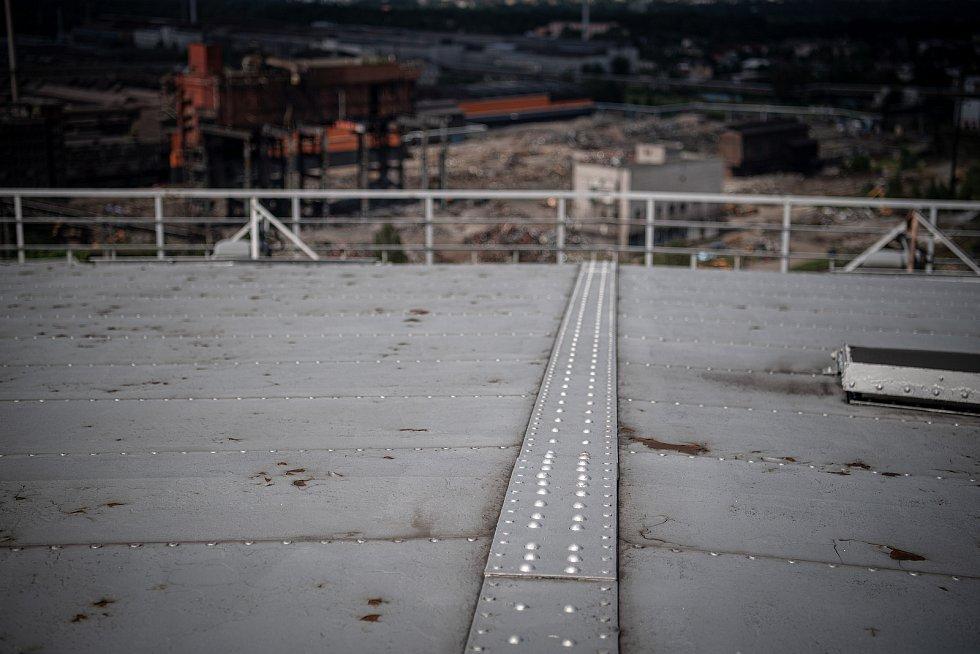 Odborná firma rozebere 84 metrů vysoký plynojem MAN který stojí na ulici 1. máje, snímek z 14. června 2021. Plynojem je už přes 10 let nevyužitý. Nýty na střeše.