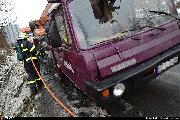 Požár automobilového jeřábu na okraji Rudné.