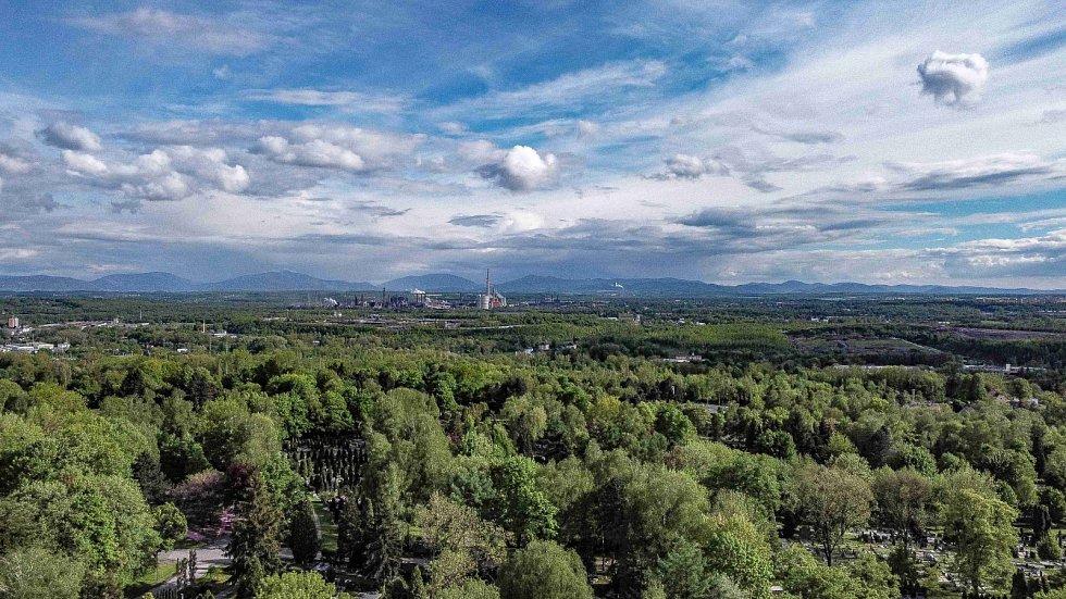 Výhledy z Haldy Ema nabízejí pohled na město Ostrava, Beskydy, Nízký Jeseník a ještě dál.