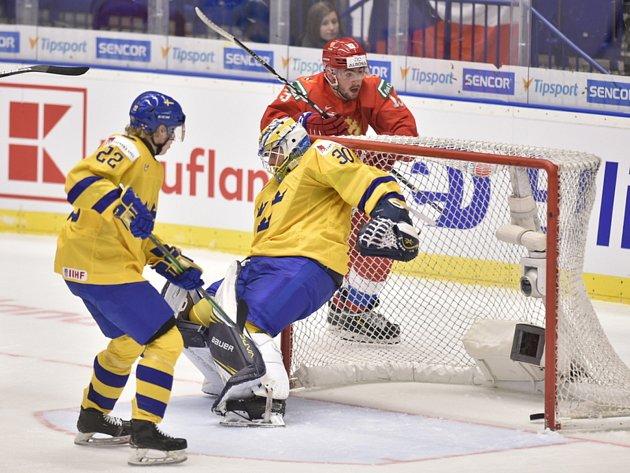 Mistrovství světa hokejistů do 20let, sefinále: Švédsko - Rusko, 4.ledna 2020vOstravě. Zleva Karl Henriksson a brankář Hugo Alnefelt ze Švédska a Jegor Sokolov zRuska.