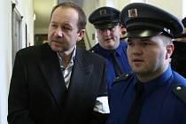 Igora Cydricha přivádí vězeňská stráž k pondělnímu soudnímu líčení