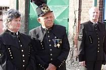 Stanislav Vopasek jako člen Klubu přátel hornického muzea usiloval o dodržování starých hornických tradic. Na snímku (uprostřed) je v historické hornické uniformě.