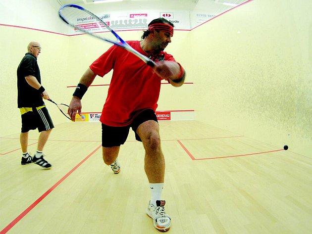 Hubnout se dá různě, ale asi nejpřirozenější cesta je začít sportovat. V dnešní době je nabídka sportů široká. Chcete zkusit squash nebo badminton?