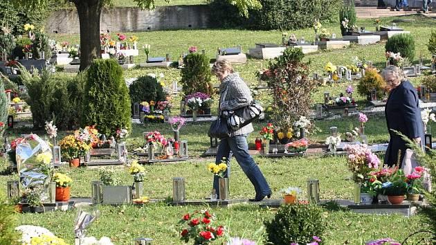 Dušičkové kytice všech možných druhů, květiny všech možných barev, svíčky, lucerničky lidé nakupují, aby je v těchto dnech položili ke hrobům svých zesnulých příbuzných a známých.
