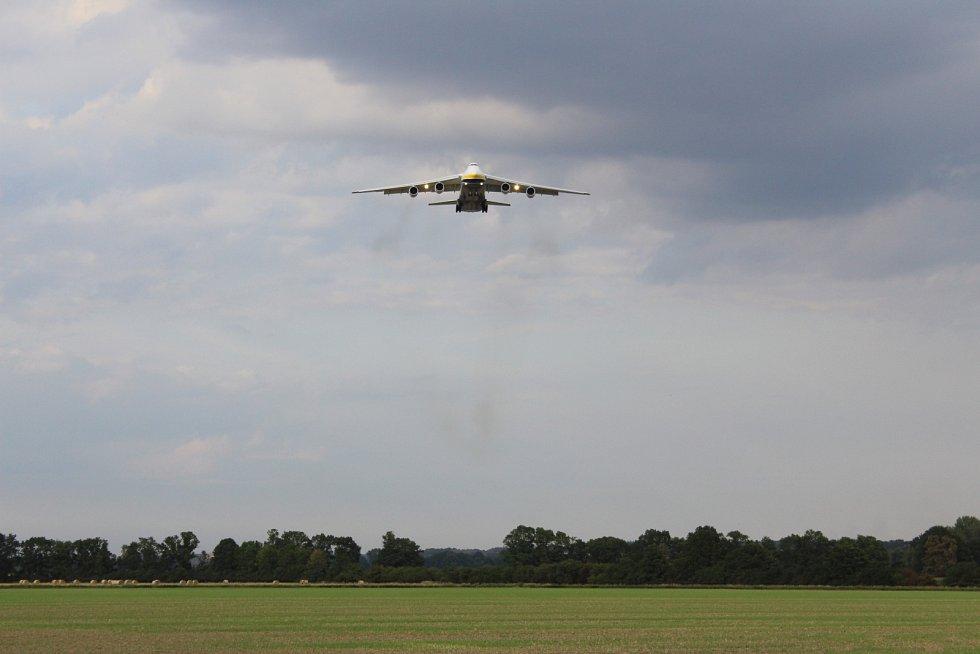 Přílet An-124 Ruslan na ostravské letiště v Mošnově 25. 8. 2017.
