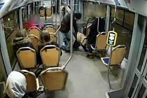 Muž zaútočil na cestujícího.