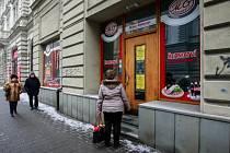 V ŘEZNICTVÍ GEBAUER v ulici Čs. Legií dnes už nenakoupíte. Včera se známé řeznictví přestěhovalo do prodejny v Sokolské třídě v Přívoze.