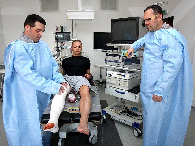 Operující lékaři René Boglevský a Tomáš Pavliska odhadují, že by se v ideálním případě mohl Václav Svěrkoš vrátit na hřiště za šest až sedm měsíců.