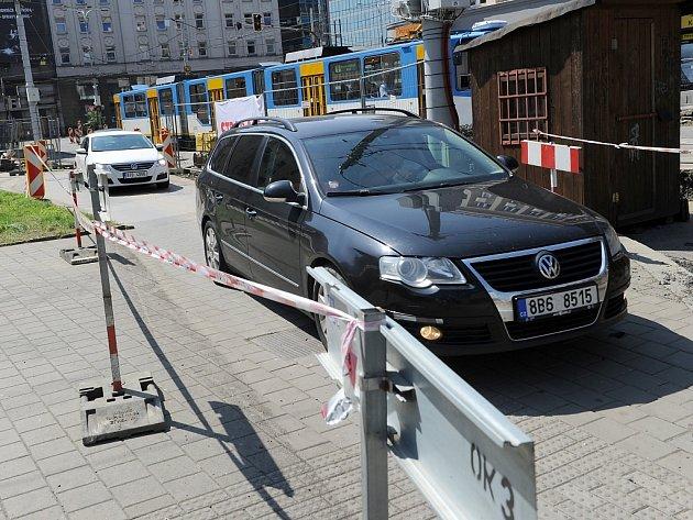 Pro řidiče se tohoto od pondělí moc nezměnilo. Mimo jiné musí stále projíždět provizorním úsekem po chodníku okolo náměstí Dr. E. Beneše.
