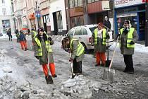 Pracovníci s krumpáči a lopatami jsou v těchto dnech vidět i v centru Ostravy.