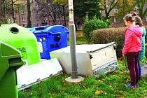 Dvoudílná lednička se objevila u popelnic ve dvorní části na západním konci porubské Hlavní třídy.