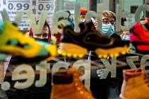Zákazníci čekali na prodej limitované edice bot Nike Air Jordan 1 Retro High OG před prodejnou Queens na Stodolní ulici v Ostravě. Někteří čekali před obchodem s peřinami a židlemi přes noc. Do prodeje šlo pouze 20 kusů.