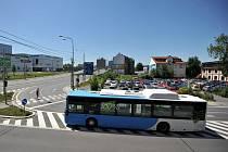 BYD. Takovou značku má elektrobus z Číny (zkratka Build your dreams). Dvanáctimetrový bezemisní klimatizovaný elektrobus, který převeze zhruba sedmdesát lidí a na jedno nabití ujede přibližně 250 kilometrů.