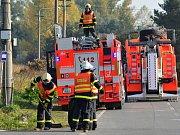 Hasiči v pondělí ráno v Koblově vyprošťovali dodávku z příkopu.