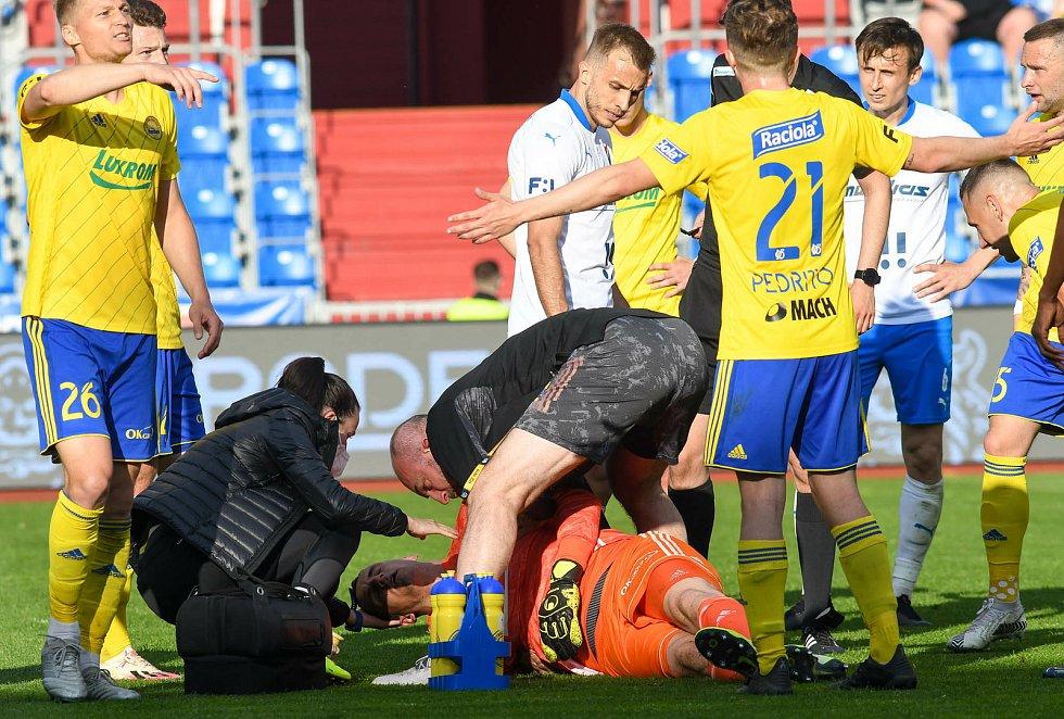 Fotbalisté Baníku Ostrava odehráli v sobotu 15. května 2021 utkání 32. ligového kola se Zlínem. Po střetu domácího záložníka Daniela Tetoura a gólmana hostí Matěje Rakovana musel brankář Fastavu střídat.