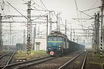 V Ostravě v pátek večer vykolejil nákladní vlak. Lokomotiva vagony táhla mimo trať víc než kilometr. Škoda dosahuje 5,6 milionu korun.