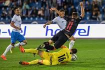 Utkání 6. kola fotbalové Fortuna ligy: FC Baník Ostrava - Slavia Praha, 4. října 2020 v Ostravě. Stanislav Tecl ze Slavie, Brankář Baníku Jan Laštůvka.