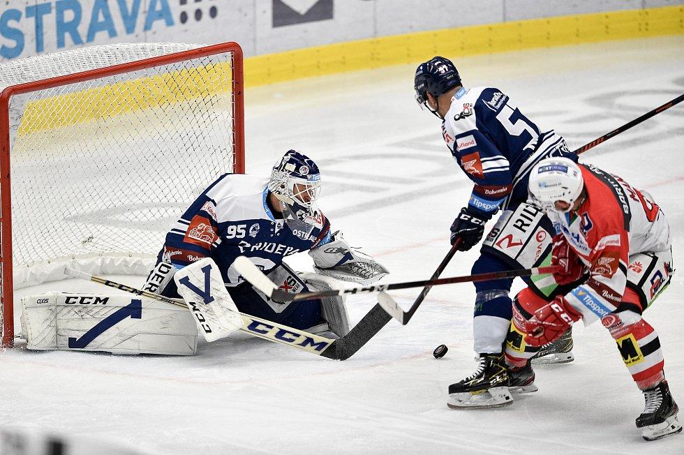 Utkání 24. kola hokejové extraligy: HC Vítkovice Ridera - HC Dynamo Pardubice, 4. prosince 2020 v Ostravě. (zleva) brankář Miroslav Svoboda z Vítkovic a Jan Hruška z Vítkovic.