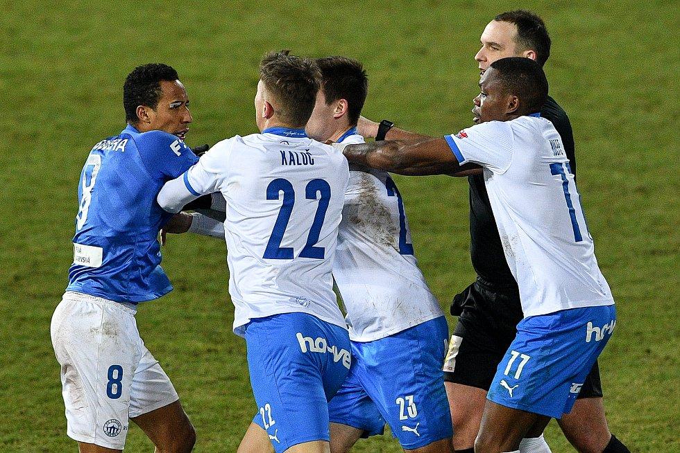 Utkání 9. kola první fotbalové ligy: Baník Ostrava - Slovan Liberec, 27. ledna 2021 v Ostravě. (zleva) Jhon Edison Mosquera Rebolledo z Liberce a Filip Kaloč z Ostravy.