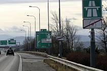 Ředitelství silnic a dálnic (ŘSD) v těchto dnech vyměňovalo dopravní cedule v Místecké ulici poblíž sjezdu na Hrabovou a Makro Ostrava, které označují začátek zpoplatňovaného úseku dálnice.