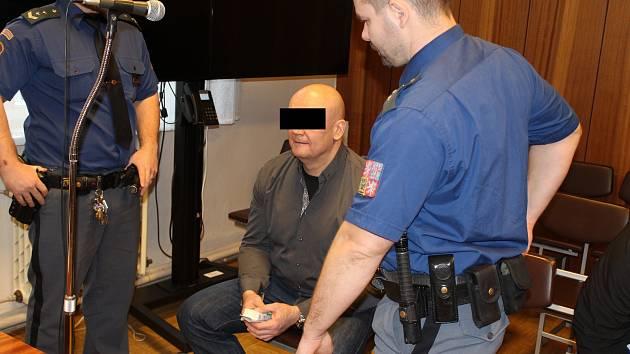 Hlavní postavou je Peter Š., který byl v minulosti za přepadení kurýrního vozu odsouzen k jedenácti rokům vězení.
