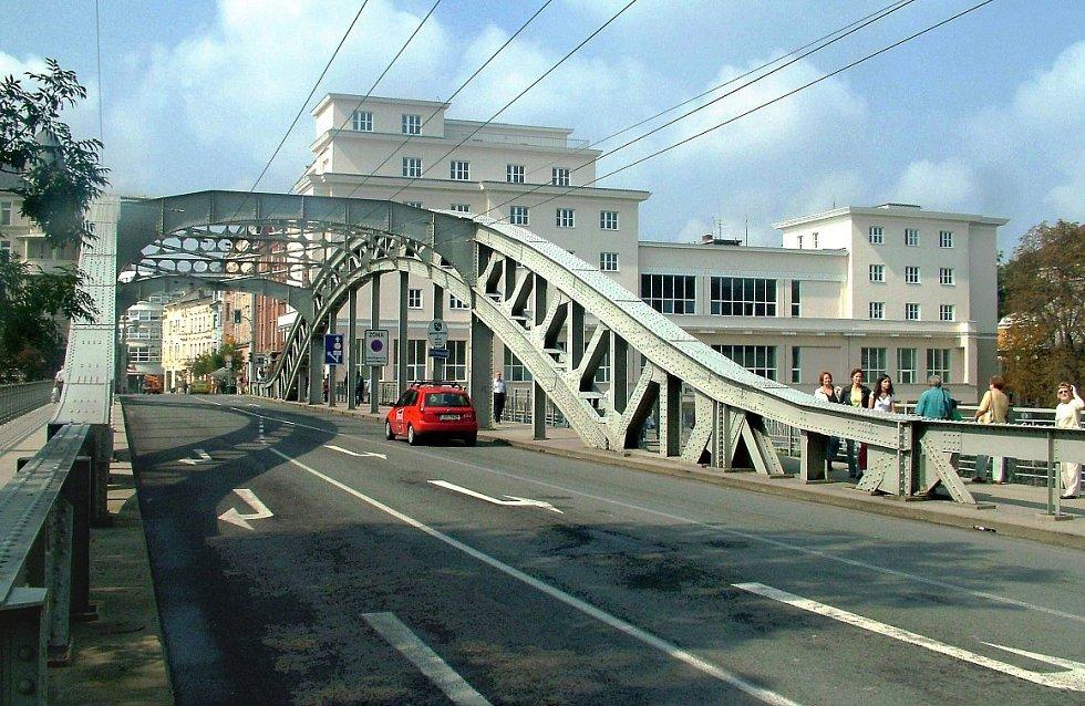 SÝKORŮV MOST V OSTRAVĚ. Byl postaven Vítkovickými železárnami v roce 1913 a je chráněná stavební památka. Autorem projektu byl Ing. Bleich.