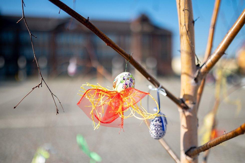 Velikonoční výzdoba na náměstí Jiřího z Poděbrad v Ostravě. 2. dubna 2021.