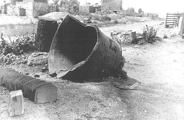 Koncem dubna 1945 probíhaly těžké boje o strategickou obec Hrabyň. Na snímku je zvon rozstřílené věže kostela.