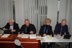 Znalci Igor Fargaš (zcela vlevo) a Radek Matlach (zcela vpravo) se svými obhájci.