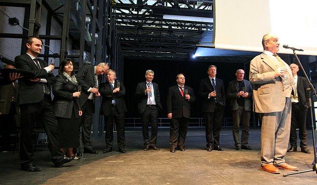 Za účasti Karla Schwarzenberga a dalších významných osobností se vpátek 16.listopadu vDolních Vítkovicích uskutečnila celodenní akce shrnující posledních deset let příprav a následné proměny této jedinečné industriální památky.