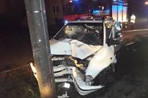 Hasiči vyprošťovali v noci na neděli v Příboru řidičku auta ve sloupu.