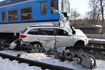 Snímky z místa nehody. Na železničním přejezdu v Ostravě-Třebovicích se střetl rychlík jedoucí z Krnova s osobním automobilem.