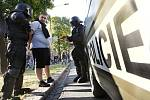 Střet radikálů s policejními těžkooděnci v ulicích Ostravy.