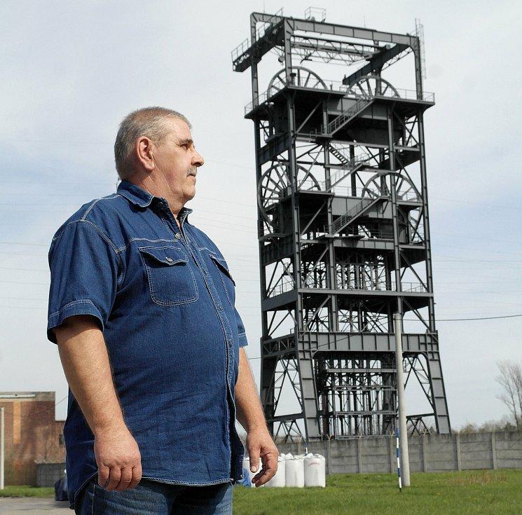 Pamětník důlního neštěstí Luboš Civín u unikátní (jedné ze dvou v Evropě) těžní věže výdušné jámy na Barboře.