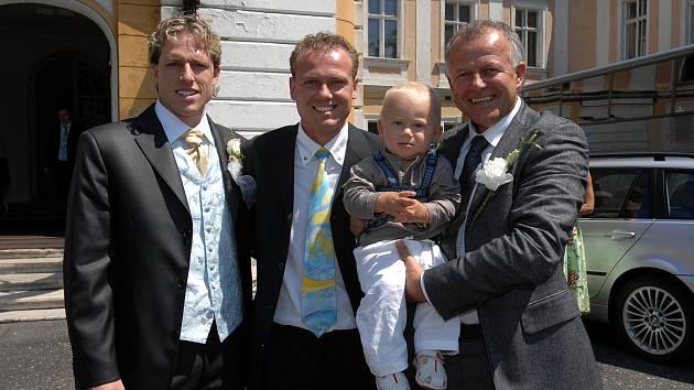 POHROMADĚ. Verner Lička (vpravo) se syny Marcelem (uprostřed), a čerstvým ženáčem Mariem (vlevo). Hlava rodiny drží v rukou na snímku z roku 2008 Marcelova syna a svého vnuka Sebastiana.