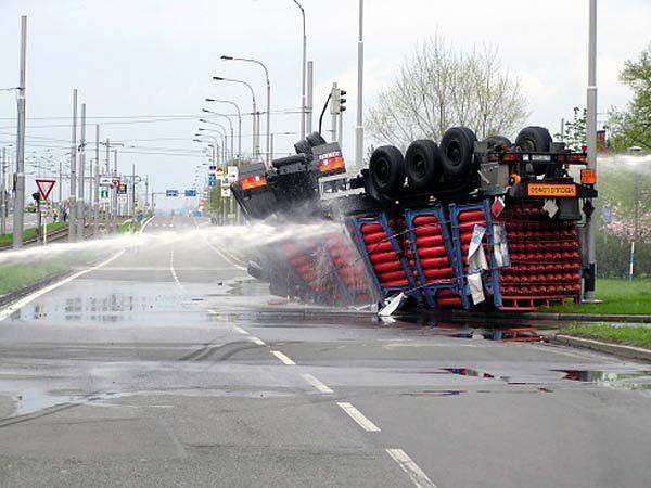 Hasiči při hašení hořícího kamionu