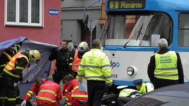 Tragická nehoda v centru Ostravy. Chodec nepřežil srážku s tramvají.