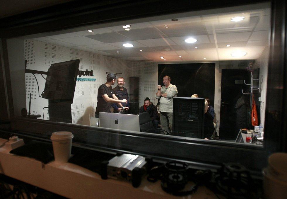 V nahrávacím studiu.
