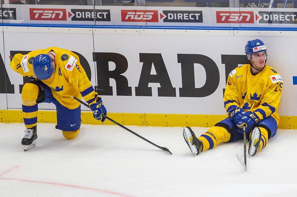 Mistrovství světa hokejistů do 20 let, semifinále: Švédsko - Rusko, 4. ledna 2020 v Ostravě. Na snímku (zleva) Rasmus Sandin (SWE), Oskar Back (SWE).