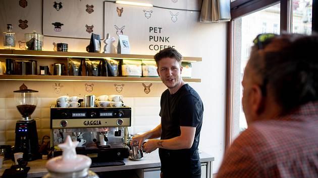 Kavárna Pet Punk na Nádražní ulici v Ostravě, září 2019. Na snímku majitel Petr Polák.