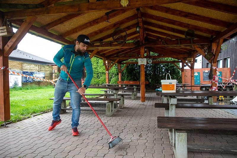 Rostislav Václavík, majitel hostince u Buroně - Mexiko se připravuje na znovuotevření zahrádky, kterou mohou  od 17. května 2021 opět navštěvovat zákazníci. V Klimkovicích 16. května 2021.