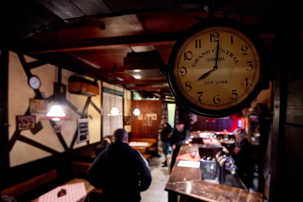 Restaurace Forman v Mariánských horách 13. března 2020 zavřela v 20:00. Vláda ČR vyhlásila dne 12. března 2020 stav nouze a rozhodla, že všechny restaurace a hospody budou kvůli koronavirovým opatřením uzavřeny ve 20:00. Poslední hosté odcházení.